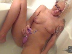 aaliyah bathtub masturbating and behind the scenes in iowa hotel