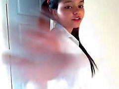 Colombiana en Webcam con uniforme de colegio