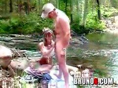 Bruno B et Melissa Doll baise dans les bois
