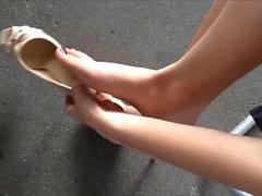 Minha sobrinha exibe pes descalca e de PEEP TOE NUDE Alto