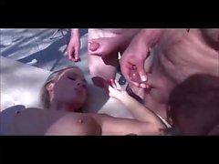 Jolie fille blonde baise avec des hommes murs