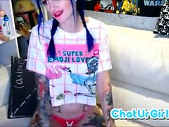 Tattooed Babe toys herself on cam