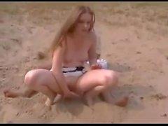 Tiener laat zich neuken op het strand part 2